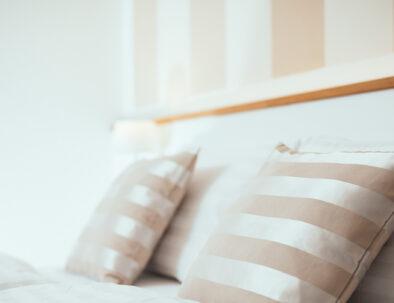 Bett mit Pölstern in der Pension Auszeit